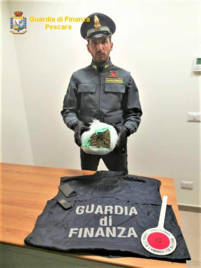 La Guardia di Finanza di Pescara sequestra 1 kg di marijuana