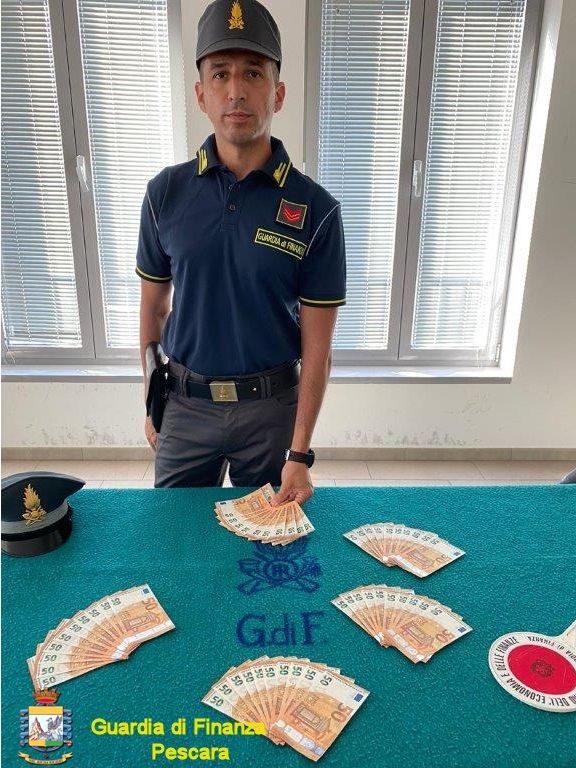 La guardia di Finanza di Pescara sequestra 2.500 euro in banconote false, un arresto